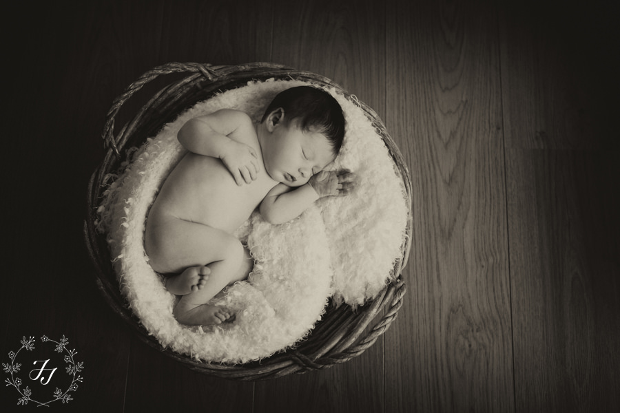 Newborn_baby_Oscar_in_a_basket